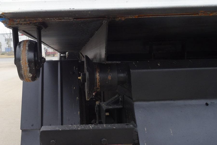 长安3方勾臂式垃圾车滚轮图片