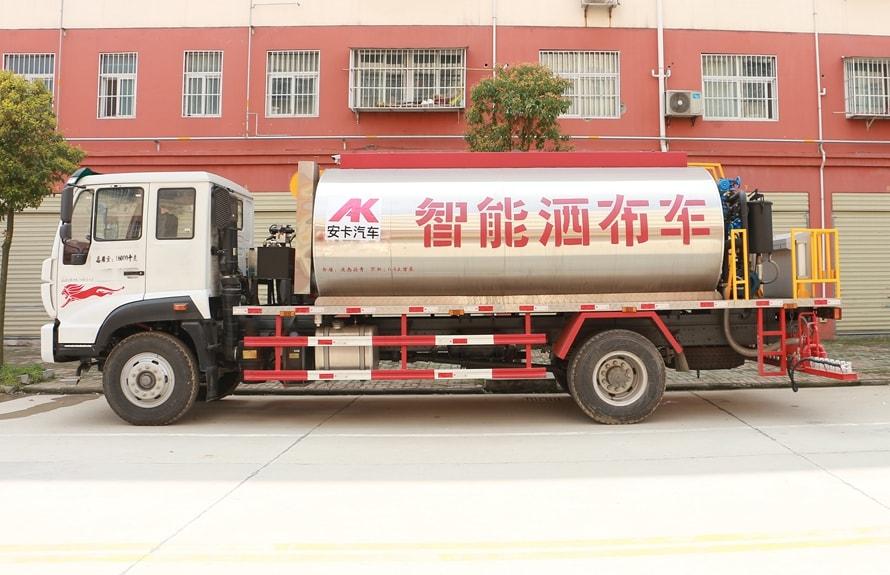 重汽金王子12吨沥青洒布车正侧图片
