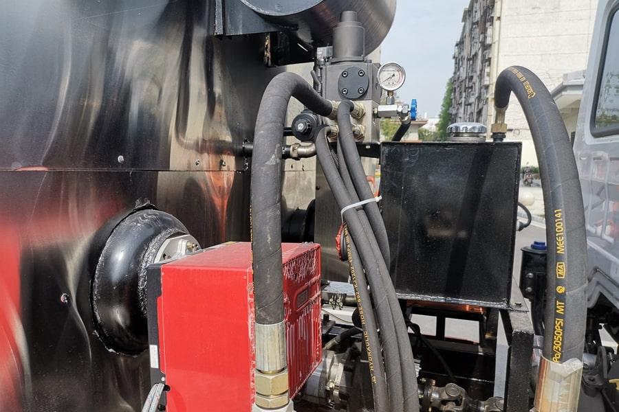 陕汽12吨沥青洒布车罐体顶部图片
