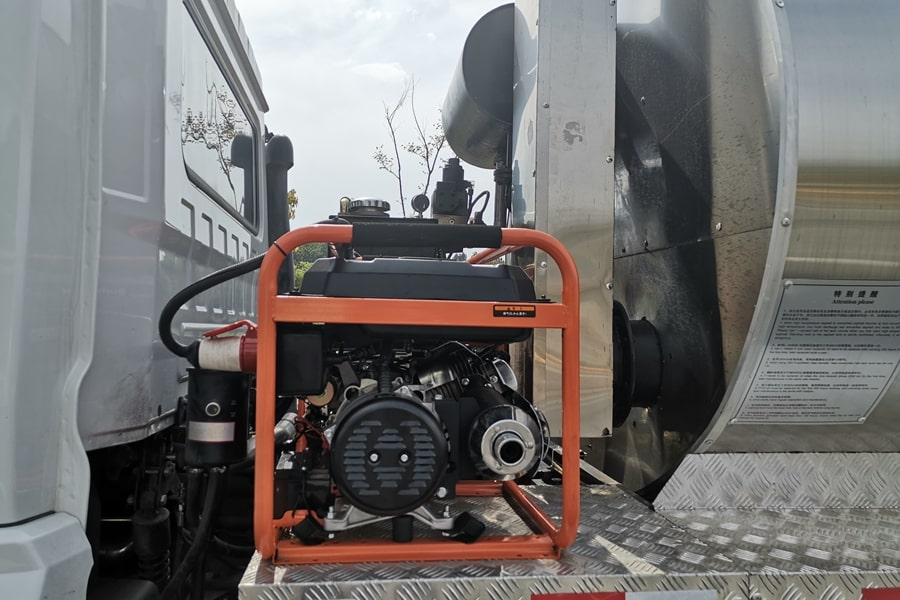陕汽12吨沥青洒布车发电机图片