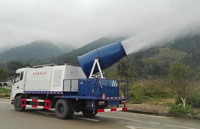 园林灌溉雾炮车工作实拍图片