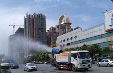 城市除霾雾炮车工作实拍图片
