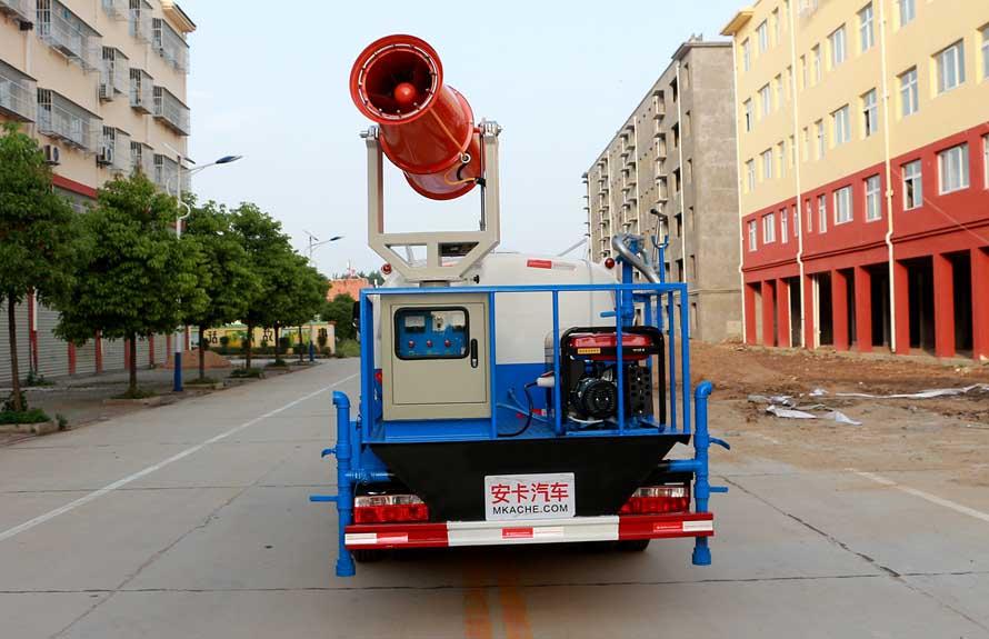 东风5吨农药喷洒车后侧图片