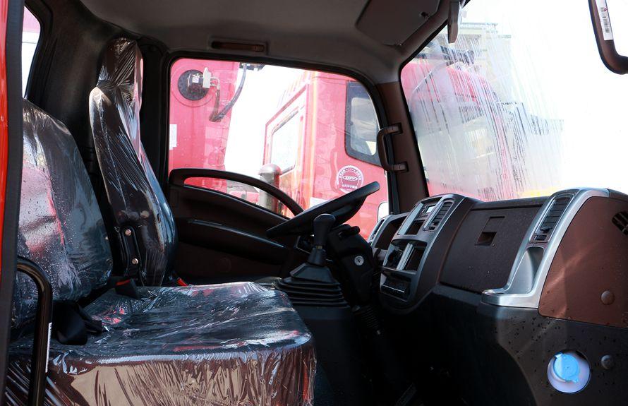 重汽王牌3吨小型随车吊驾驶室图片