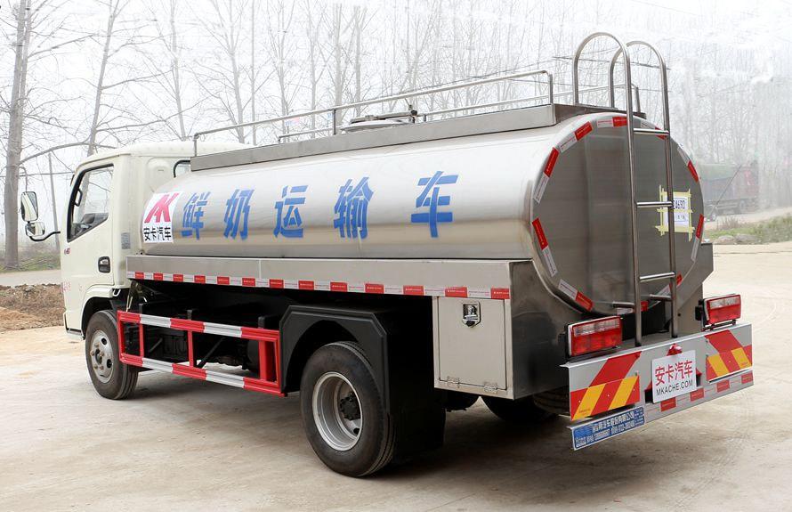 东风多利卡鲜奶运输车车尾向右图片