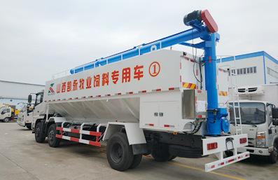 东风天锦10吨散装饲料车后侧向右实拍