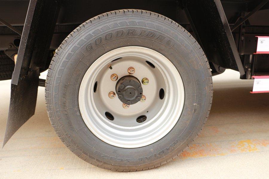跃进小福星3.2米小型冷藏车轮胎图片