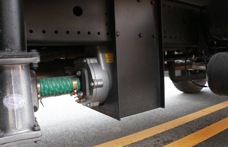 东风御龙20吨洒水车水泵连接图片