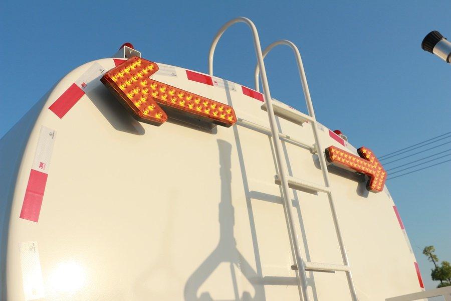 东风D9 14吨洒水车箭头灯图片
