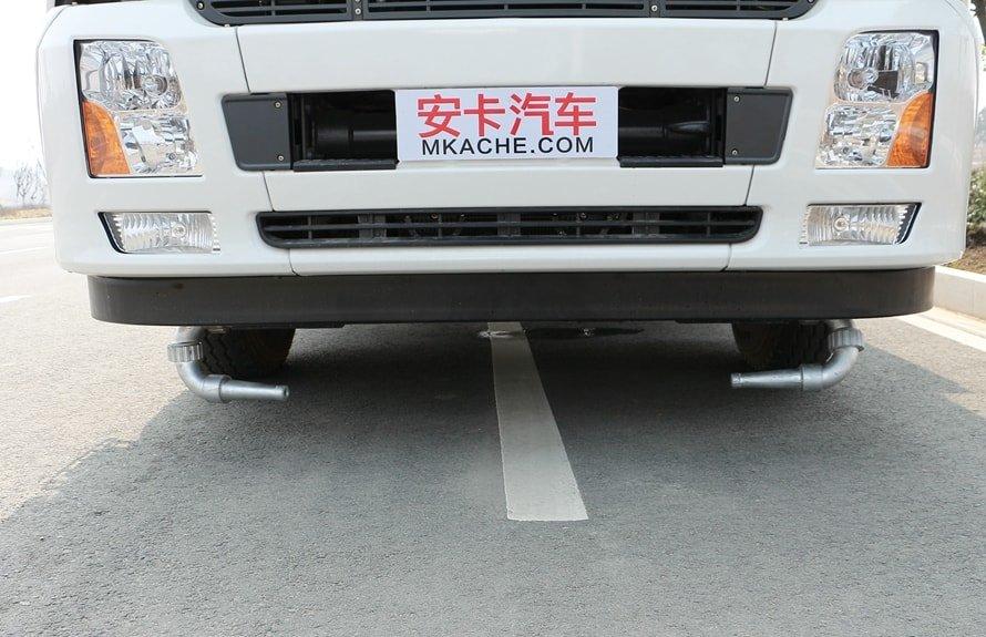 东风天锦12吨洒水车前冲图片