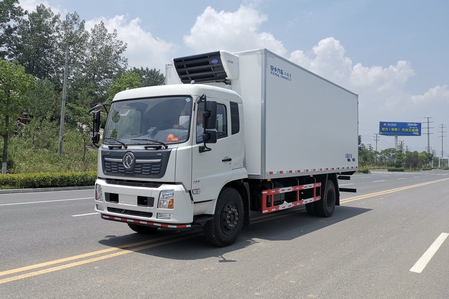 东风天锦7.4米冷藏车斜前图片