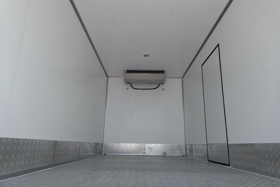 东风天锦7.4米冷藏车通风槽图片