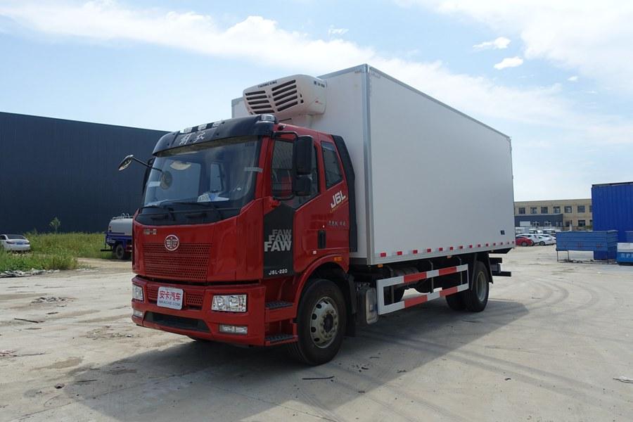 解放J6-6.8/7.5米冷藏车斜前图片