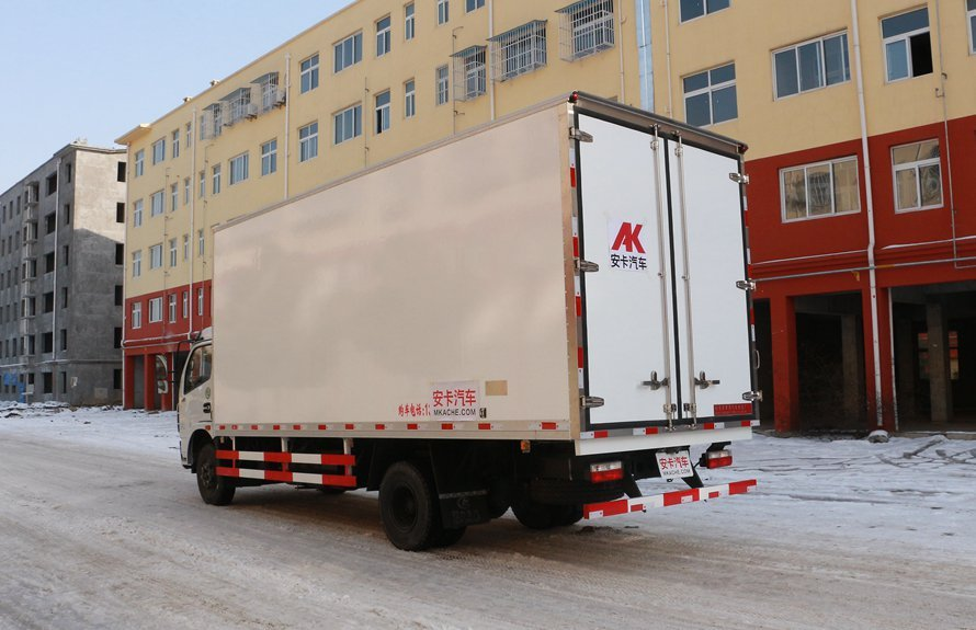 东风多利卡5.1米冷藏车斜后图片