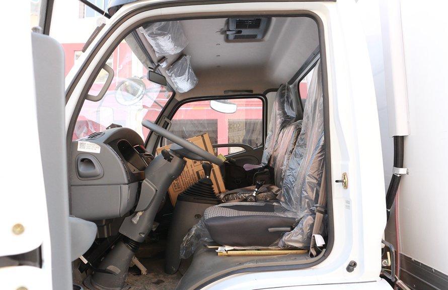 东风多利卡5.1米冷藏车驾驶室图片