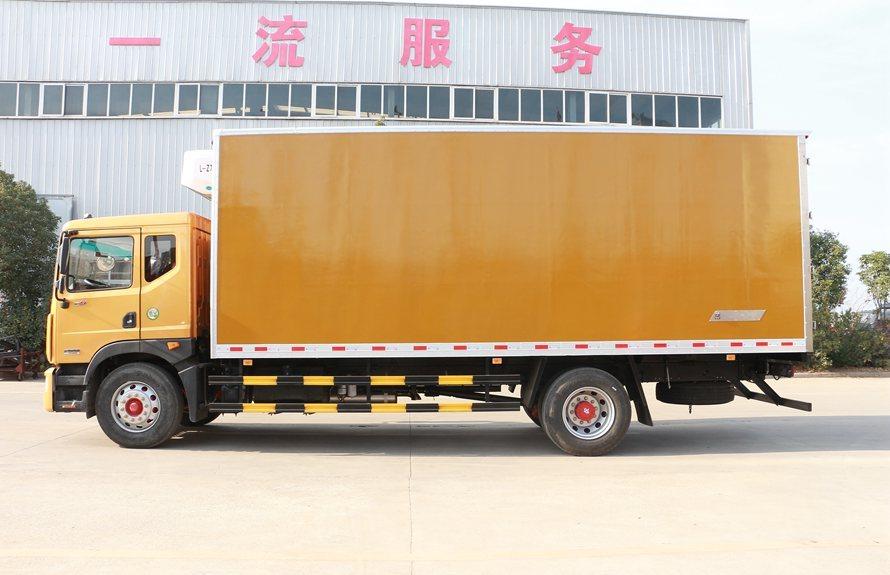 东风多利卡D9-6.8米冷藏车正侧图片