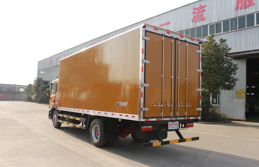 东风多利卡D9-6.8米冷藏车斜后图片