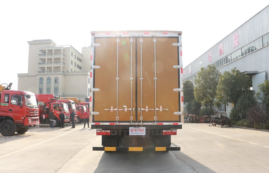 东风多利卡D9-6.8米冷藏车正后图片