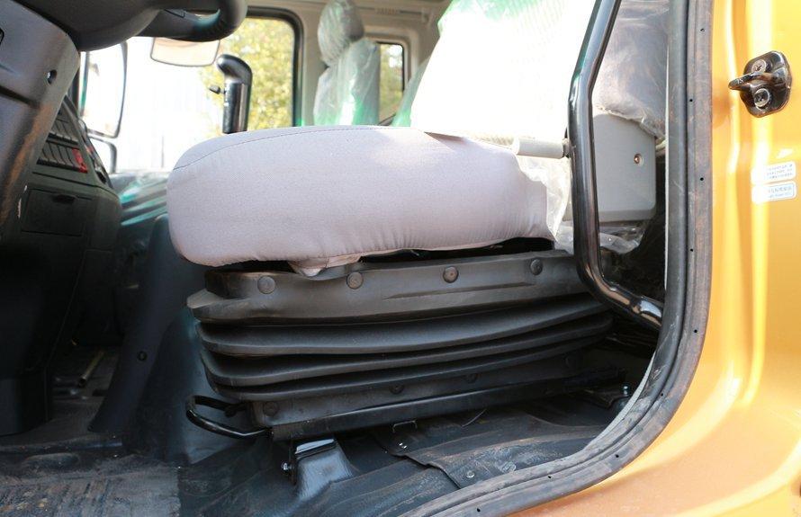 东风多利卡D9-6.8米冷藏车气囊座椅图片