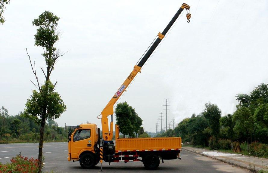 东风2吨小型随车吊吊臂伸出正侧图片