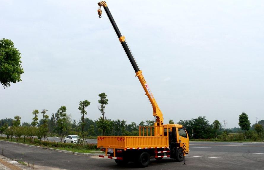 东风2吨小型随车吊吊臂伸出左后侧图片