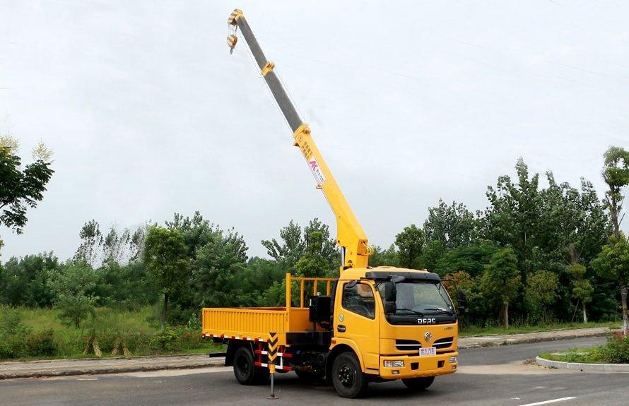 东风2吨小型随车吊吊臂伸出右侧图片