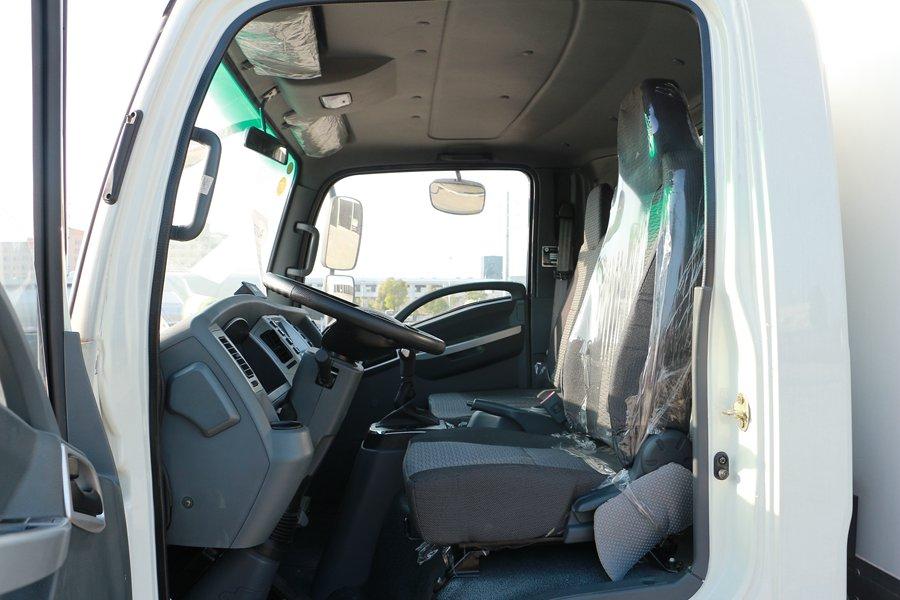大运4.2米纯电动冷藏车主驾驶室图片