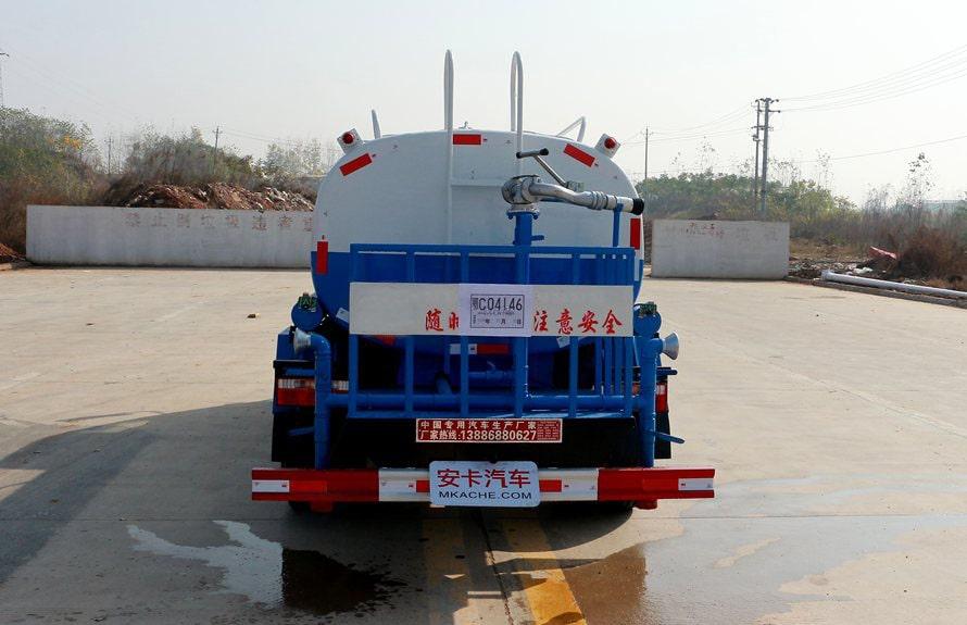 东风5吨洒水车正后实拍图