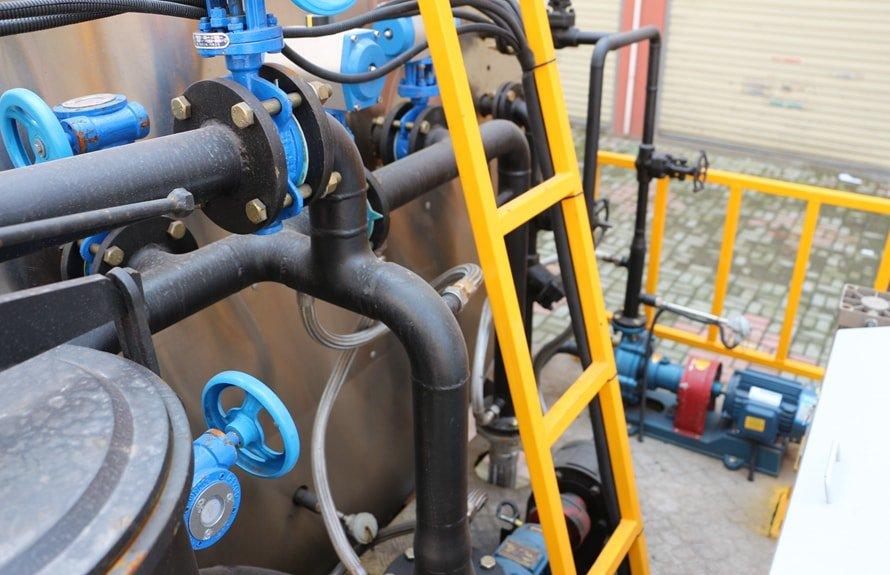 重汽豪沃12吨沥青洒布车后爬梯图片